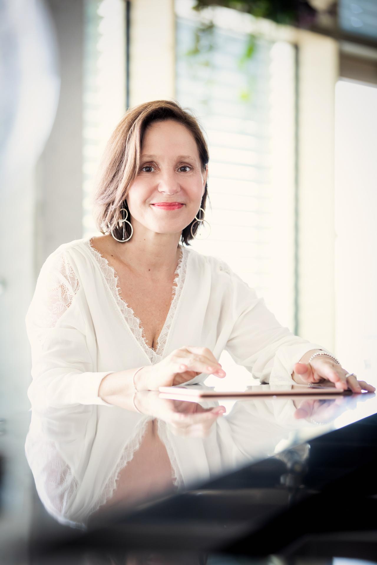 Mentorin und persönlicher Coach Christine Rudolph bei der Arbeit am Laptop