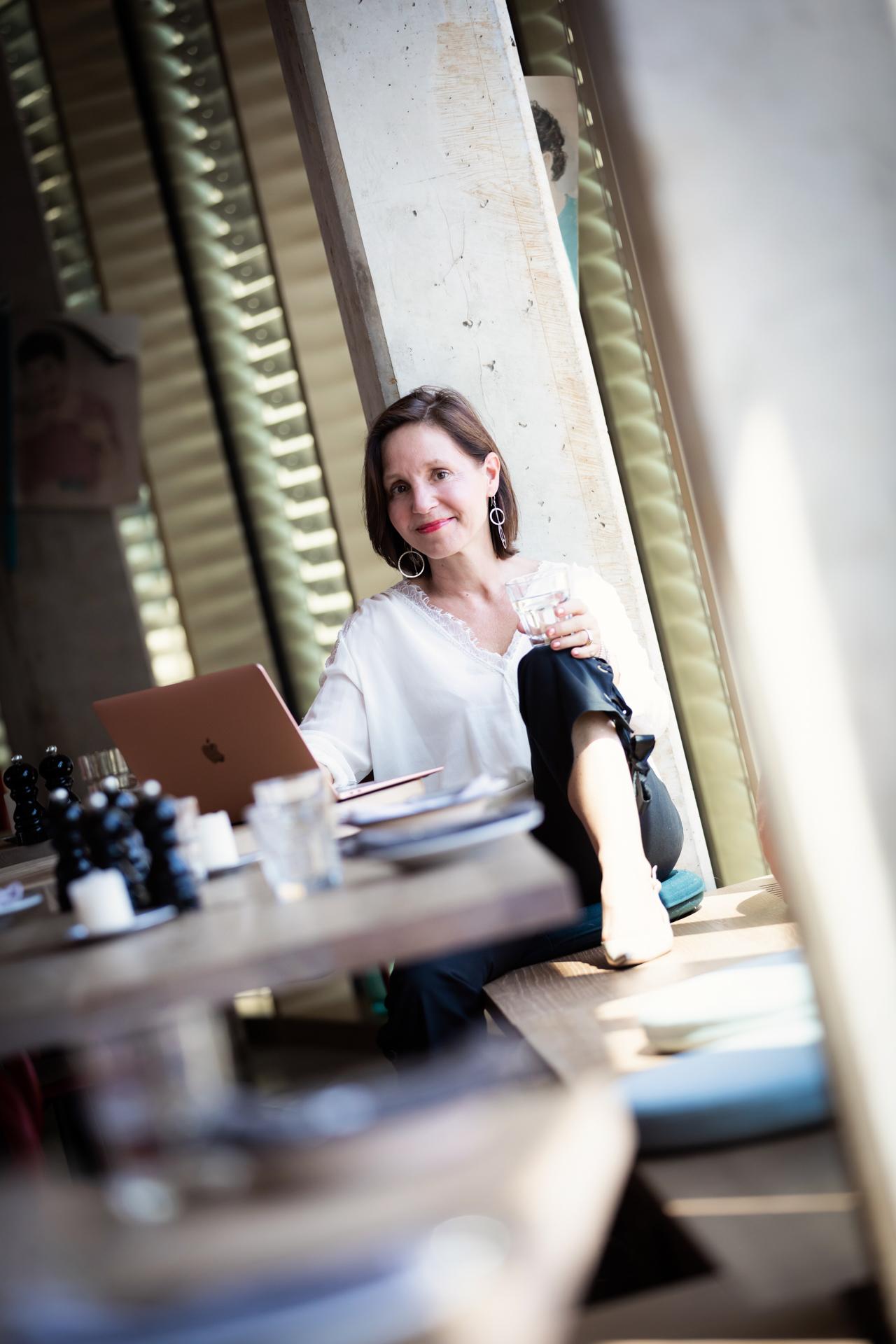 Business Mentorin und Lifecoach Christine Rudolph entspannt zu Hause